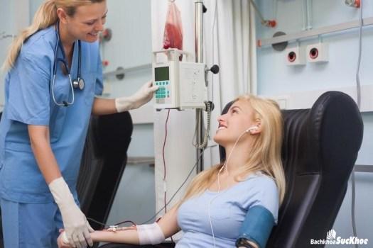 Người mắc bệnh viêm thận thường có dấu hiệu đi tiểu kèm theo máu