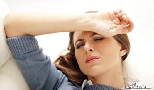 Người bị bệnh sốt xuất huyết thường xuyên cảm thấy mệt mỏi, đau đầu